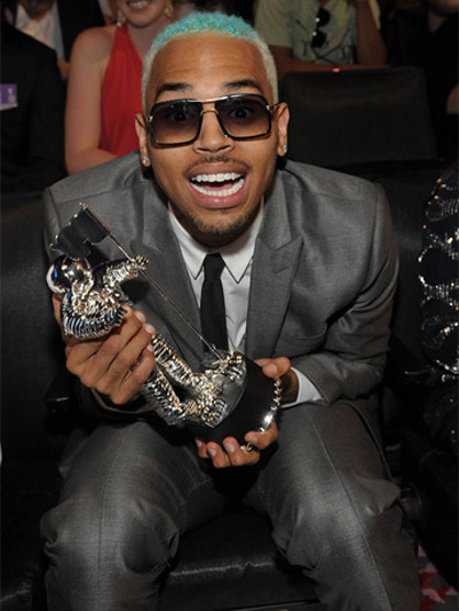 Video Music Awards 2012 - Backstage - Chris Brown no se separa de su 'moonman'